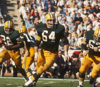 Jerry Kramer leads the way for Elijah Pitts in Super Bowl I
